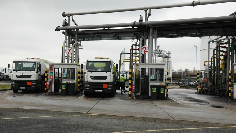 Loading station with custody transfer metering skid to avoid customer claims.