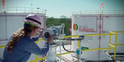 Woman with Endress+Hauser devide on Grupo Burgo plant